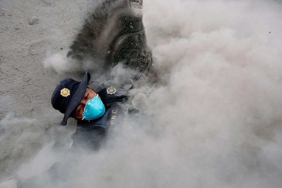 Tro bụi núi lửa xóa đi sự sống ở Guatemala - Ảnh 15.
