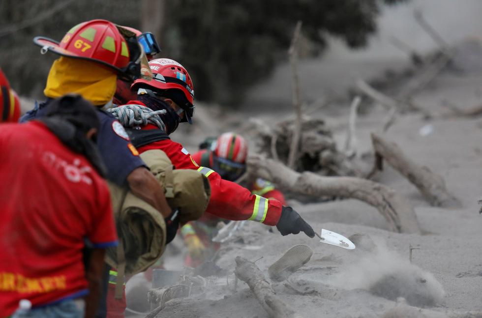 Tro bụi núi lửa xóa đi sự sống ở Guatemala - Ảnh 10.