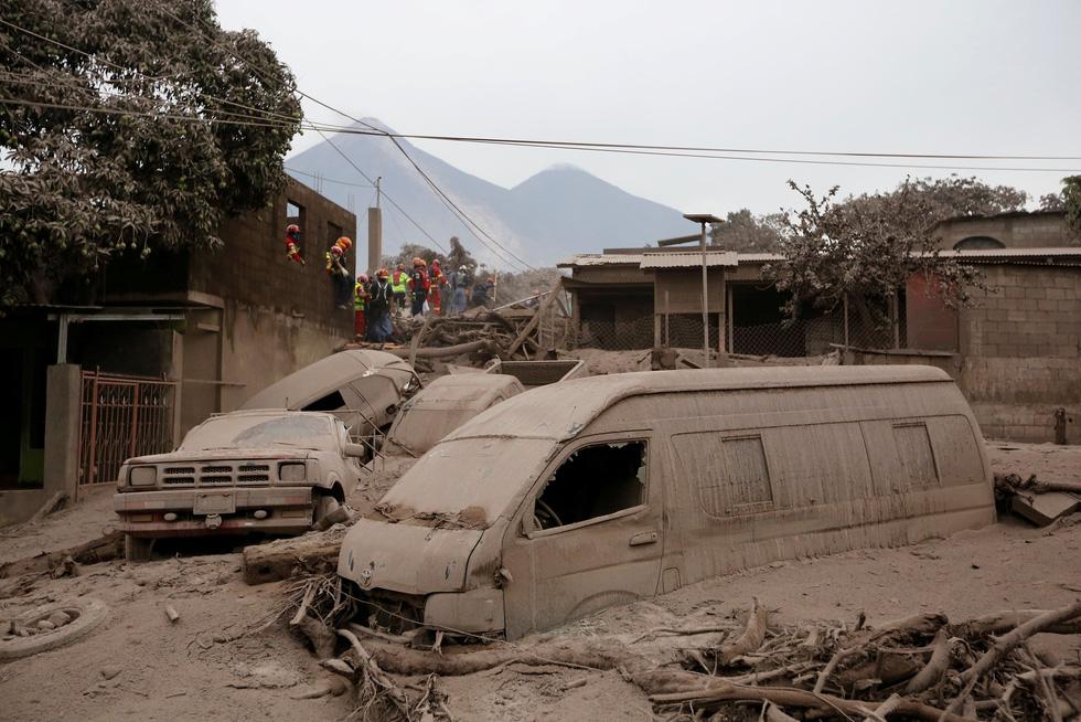 Tro bụi núi lửa xóa đi sự sống ở Guatemala - Ảnh 7.