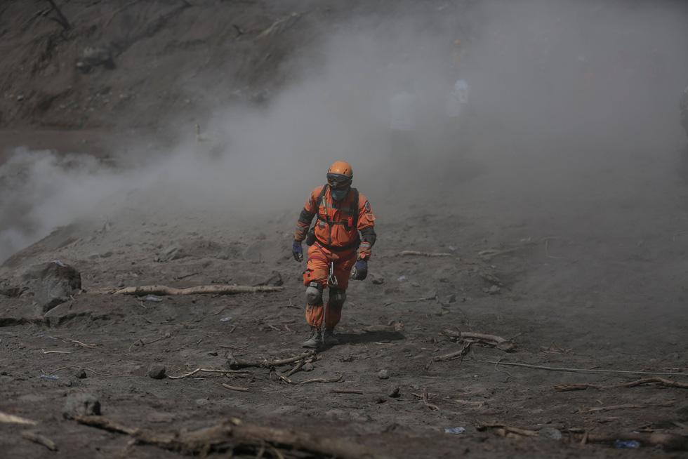 Tro bụi núi lửa xóa đi sự sống ở Guatemala - Ảnh 3.
