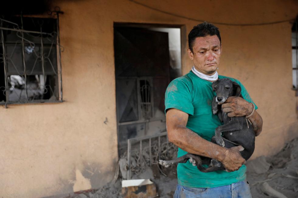 Tro bụi núi lửa xóa đi sự sống ở Guatemala - Ảnh 8.