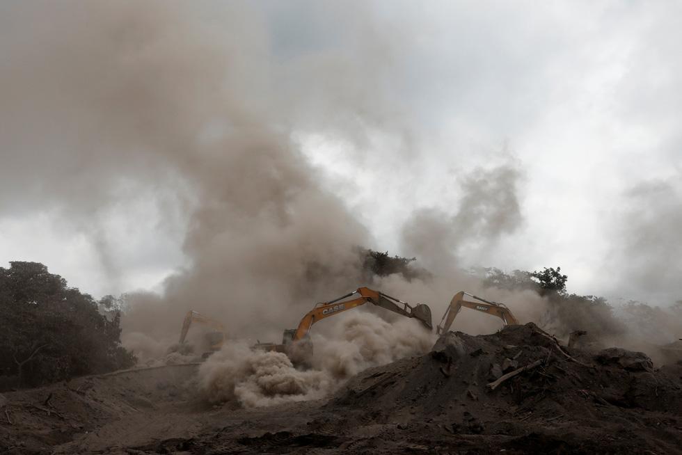Tro bụi núi lửa xóa đi sự sống ở Guatemala - Ảnh 14.