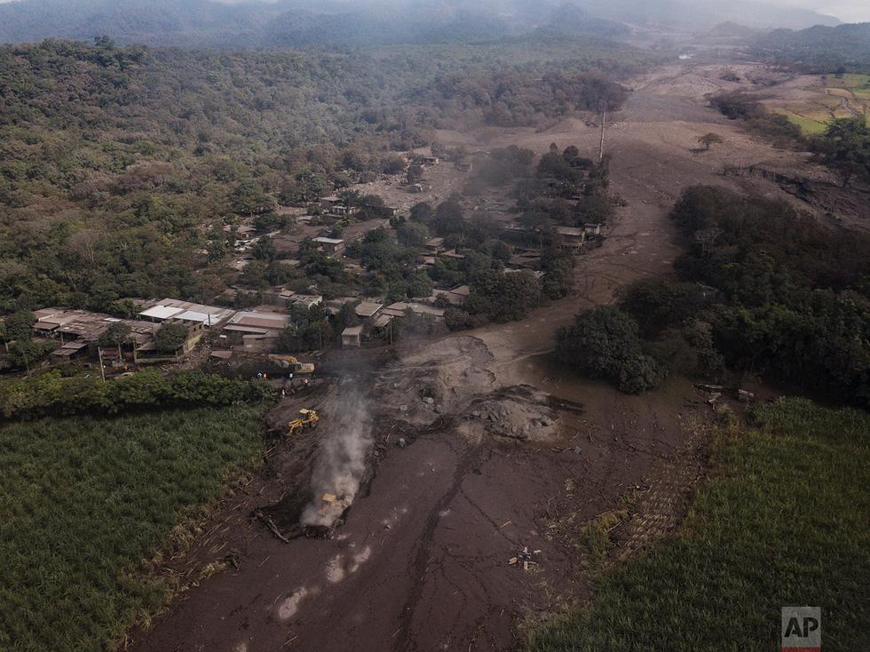 Tro bụi núi lửa xóa đi sự sống ở Guatemala - Ảnh 21.