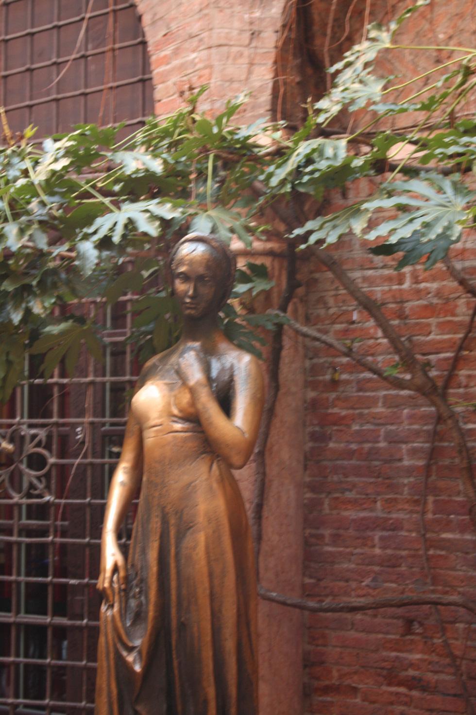 Đến nhà nàng Giulietta - người yêu của Romeo - Ảnh 4.