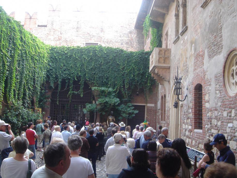 Đến nhà nàng Giulietta - người yêu của Romeo - Ảnh 5.