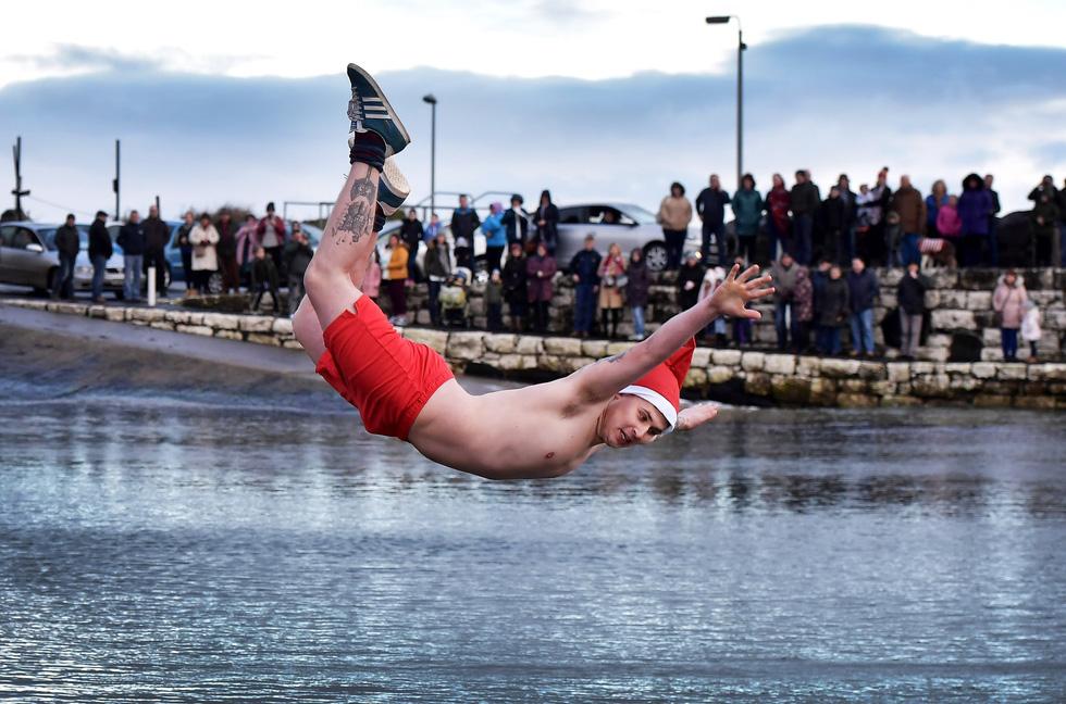 Bơi trong nước lạnh mừng năm mới ở khắp nơi - Ảnh 9.