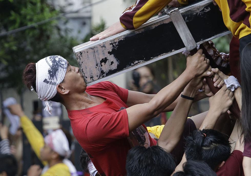 Chen lấn kinh hoàng tại lễ hội Black Nazarene ở Philippines - Ảnh 7.