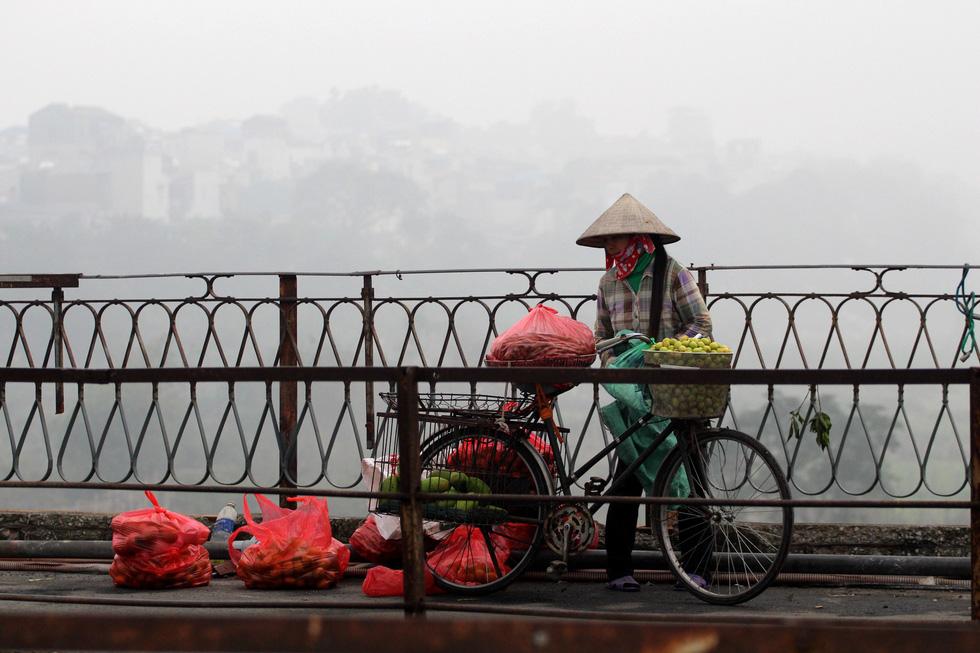 Đến gần trưa, Hà Nội vẫn chìm trong sương mù - Ảnh 8.