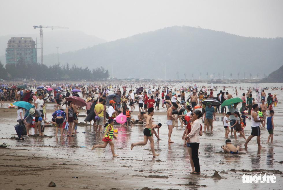 Người Hà Nội kín mít như ninja trong cái nóng gần 40 độ C - Ảnh 17.
