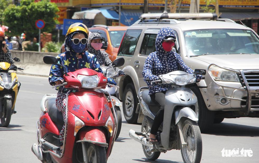 Người Hà Nội kín mít như ninja trong cái nóng gần 40 độ C - Ảnh 11.