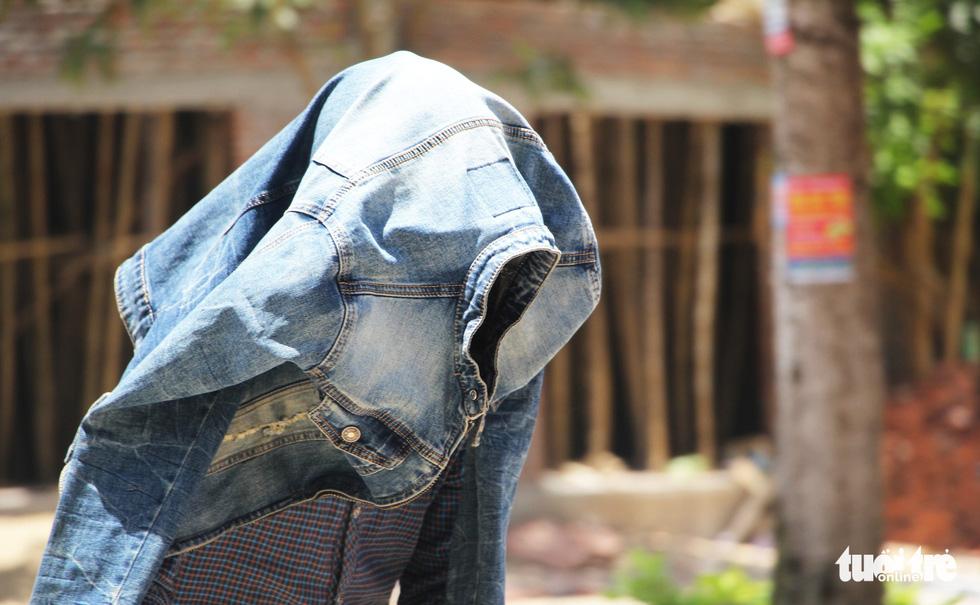 Người Hà Nội kín mít như ninja trong cái nóng gần 40 độ C - Ảnh 3.
