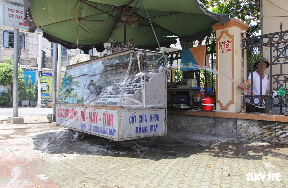 Người Hà Nội kín mít như ninja trong cái nóng gần 40 độ C - Ảnh 13.