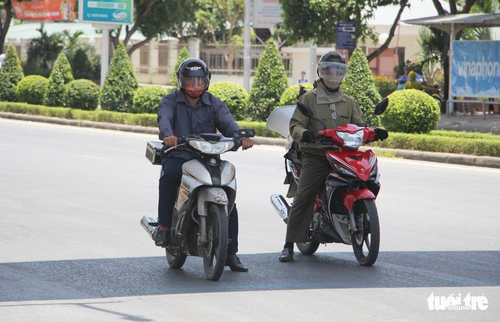 Người Hà Nội kín mít như ninja trong cái nóng gần 40 độ C - Ảnh 14.