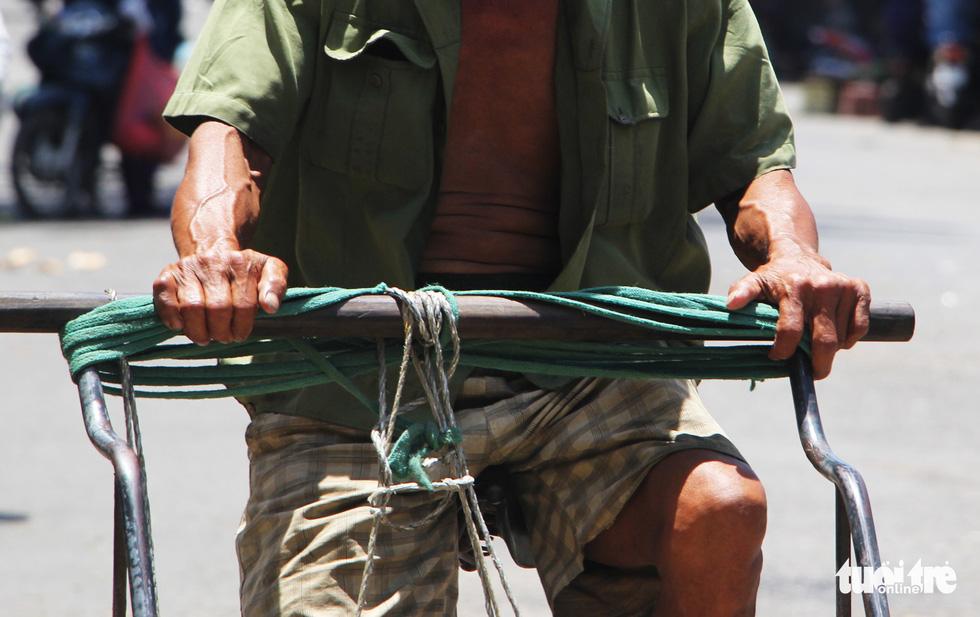 Người Hà Nội kín mít như ninja trong cái nóng gần 40 độ C - Ảnh 15.