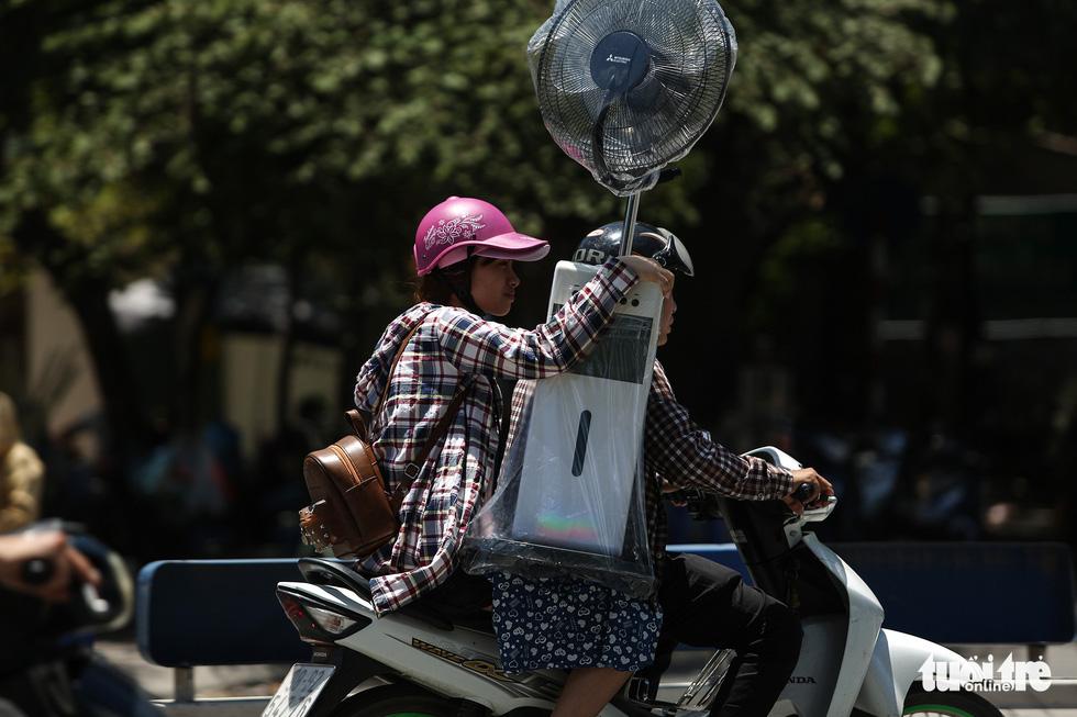 Người Hà Nội kín mít như ninja trong cái nóng gần 40 độ C - Ảnh 6.