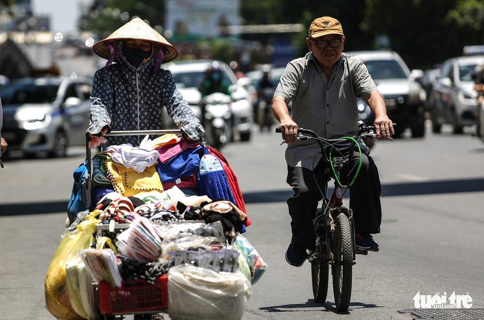 Người Hà Nội kín mít như ninja trong cái nóng gần 40 độ C - Ảnh 10.