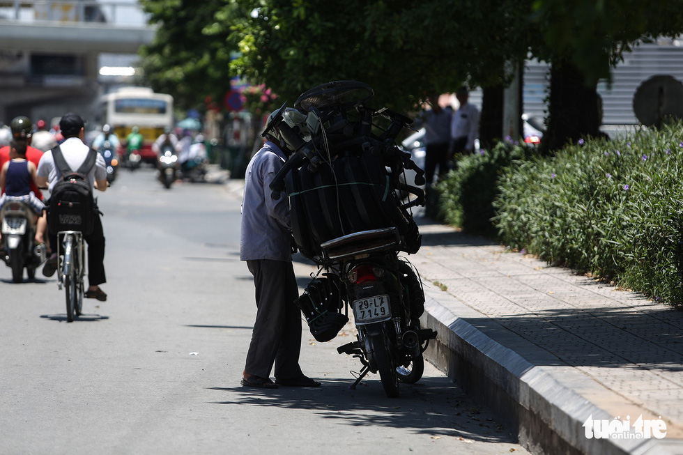 Người Hà Nội kín mít như ninja trong cái nóng gần 40 độ C - Ảnh 8.