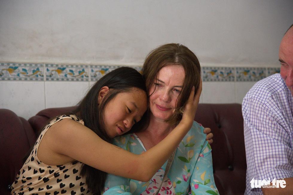 Cha mẹ Ireland về Việt Nam tìm người thân cho con - Ảnh 1.