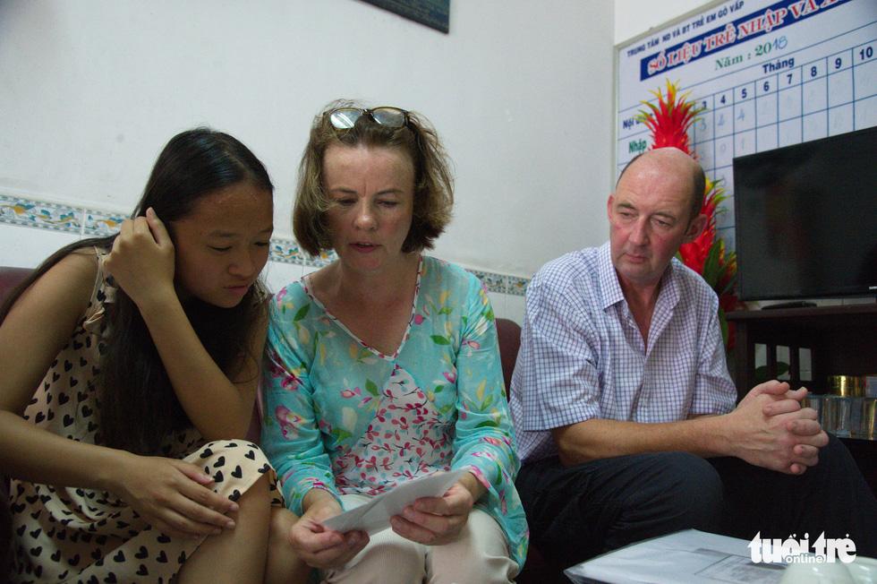 Cha mẹ Ireland về Việt Nam tìm người thân cho con - Ảnh 4.