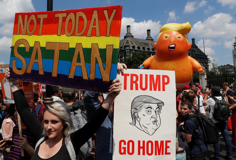 Thế giới trong tuần qua ảnh: Bé Trump đại náo nước Anh - Ảnh 1.