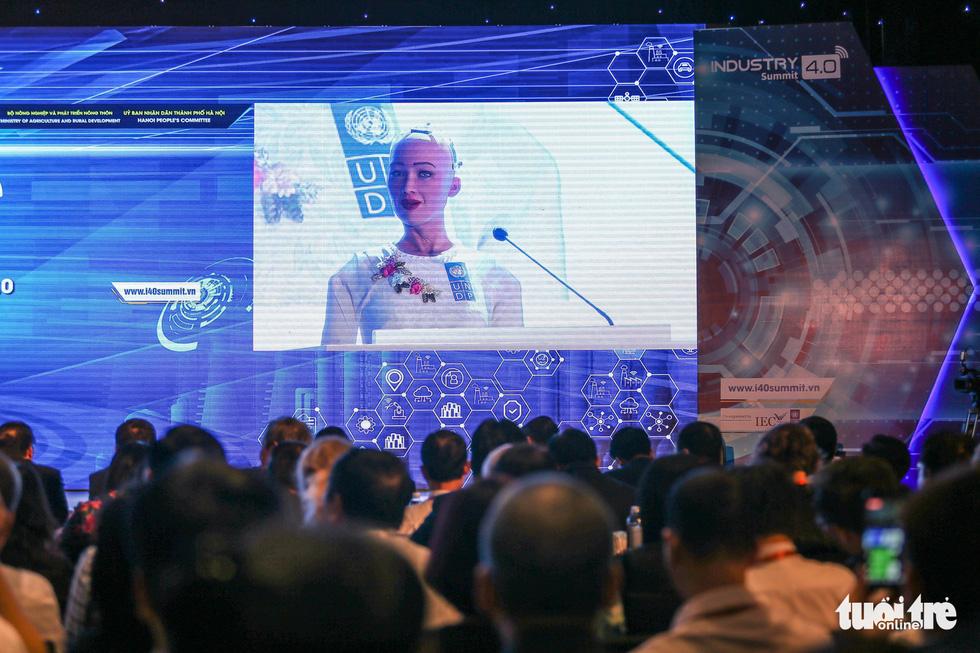 Cận cảnh robot Sophia mặc áo dài trò chuyện ở Việt Nam - Ảnh 3.