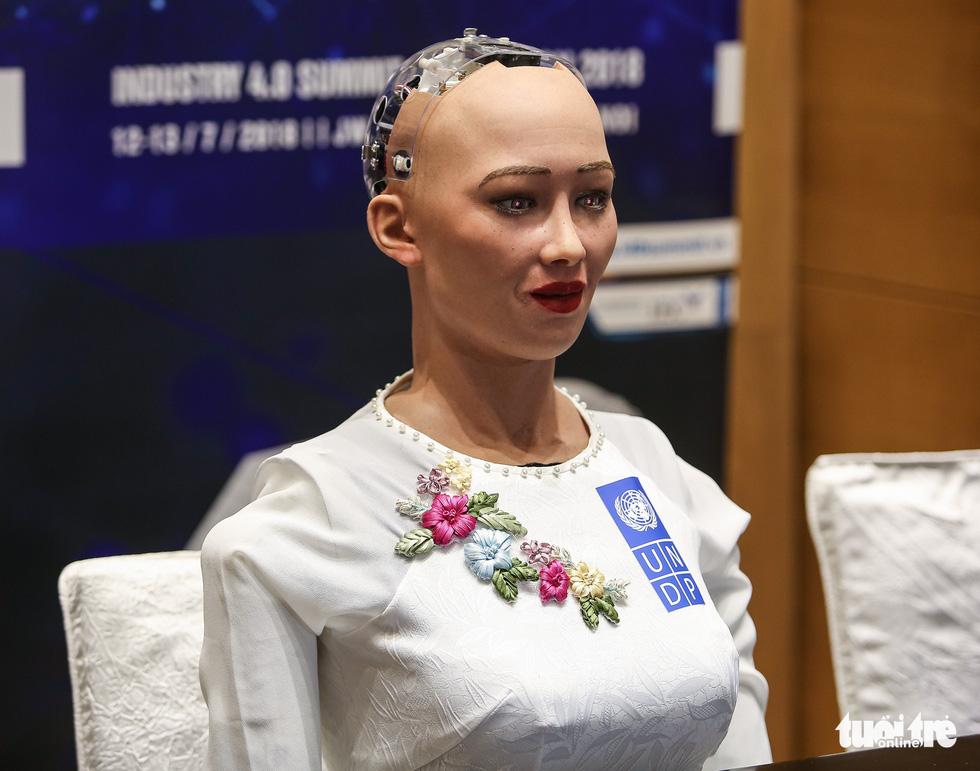 Cận cảnh robot Sophia mặc áo dài trò chuyện ở Việt Nam - Ảnh 8.