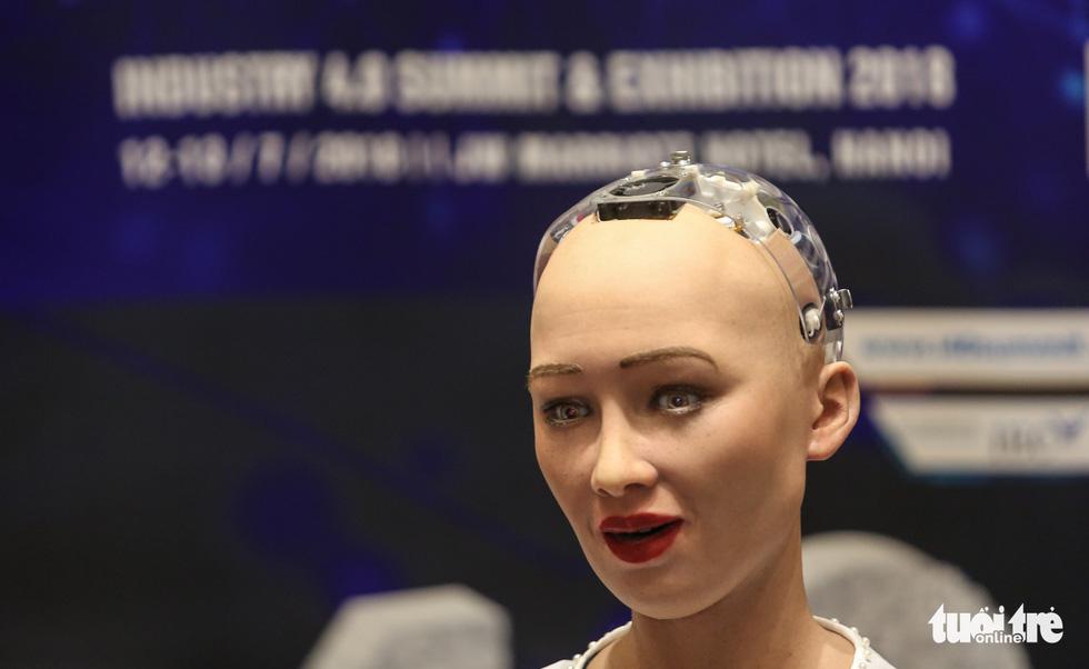 Cận cảnh robot Sophia mặc áo dài trò chuyện ở Việt Nam - Ảnh 6.