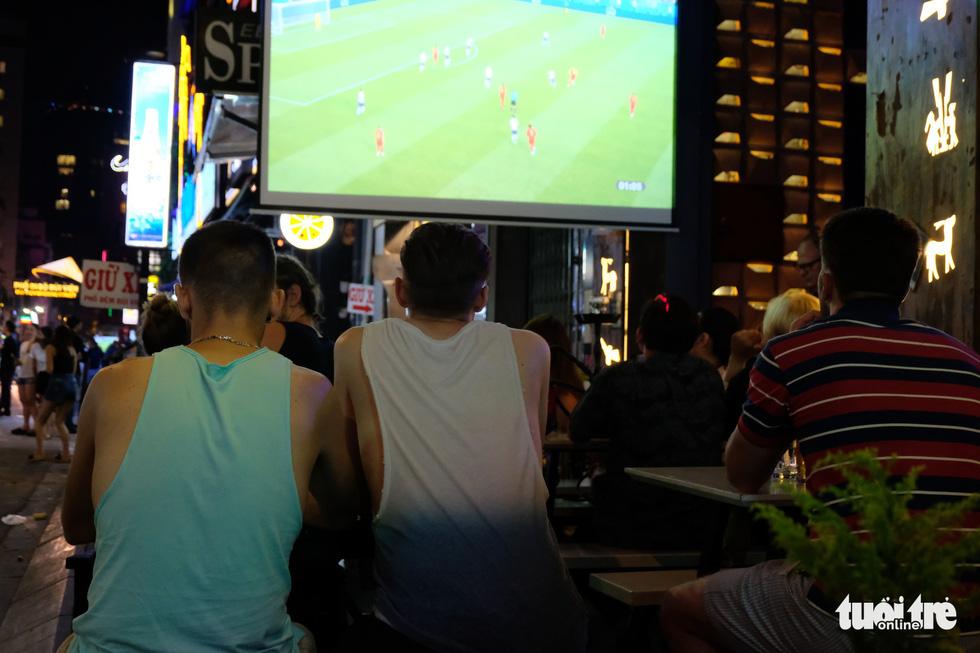 Tây tràn ra vỉa hè xem bóng đá ở xứ ta - Ảnh 4.