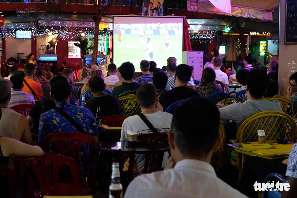 Tây tràn ra vỉa hè xem bóng đá ở xứ ta - Ảnh 9.