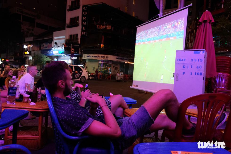 Tây tràn ra vỉa hè xem bóng đá ở xứ ta - Ảnh 5.