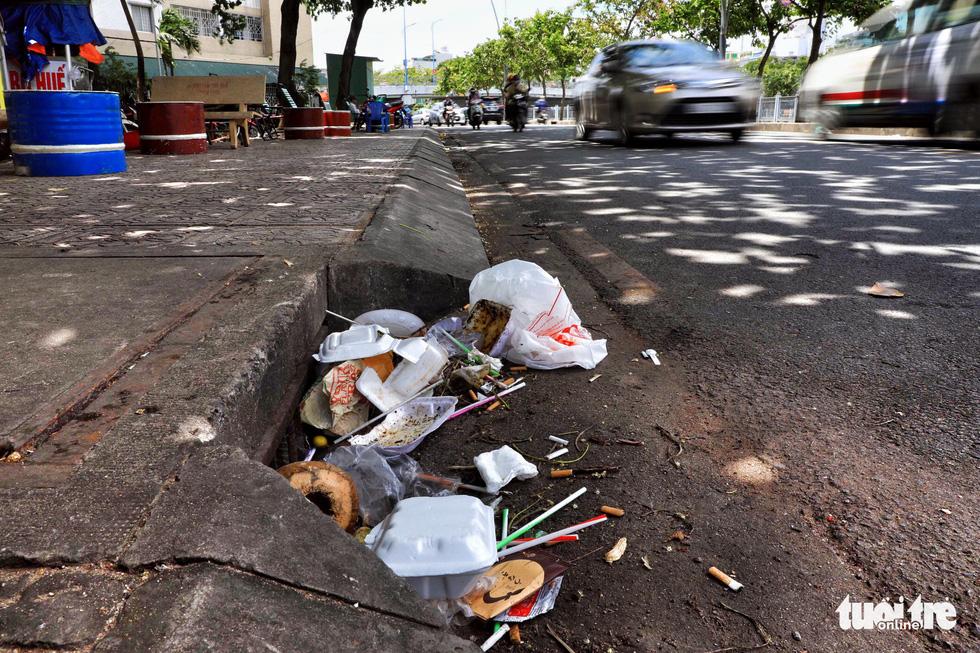 Tại TP.HCM, miệng cống là bãi rác - Ảnh 9.