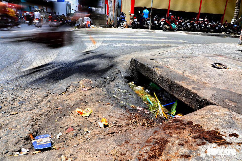 Tại TP.HCM, miệng cống là bãi rác - Ảnh 13.