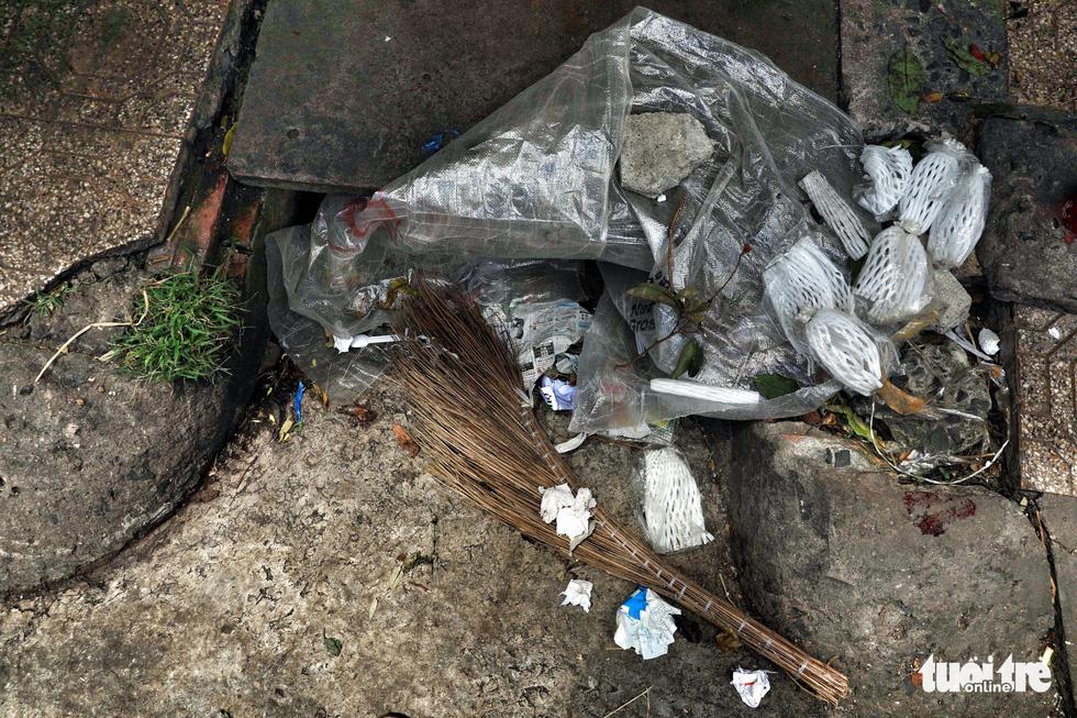 Tại TP.HCM, miệng cống là bãi rác - Ảnh 14.