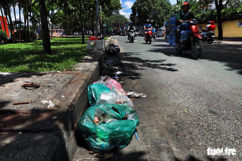 Tại TP.HCM, miệng cống là bãi rác - Ảnh 16.