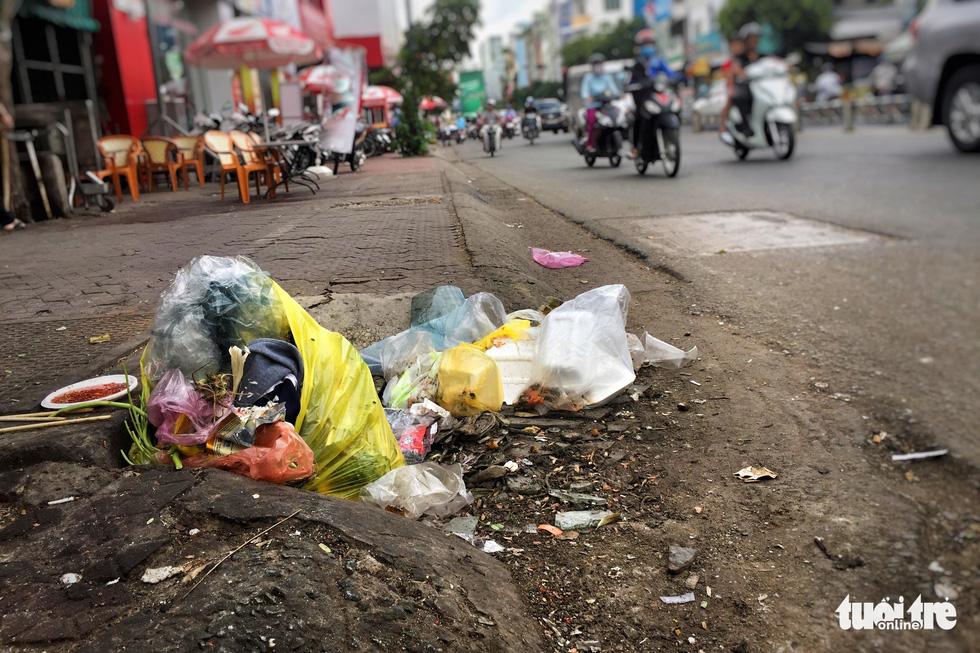 Tại TP.HCM, miệng cống là bãi rác - Ảnh 3.