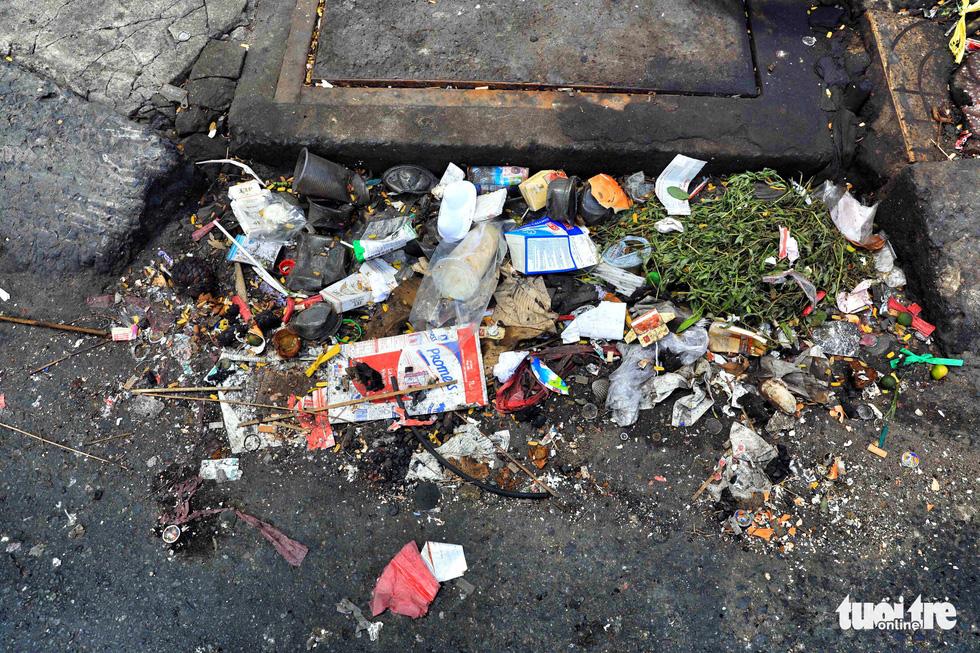 Tại TP.HCM, miệng cống là bãi rác - Ảnh 5.