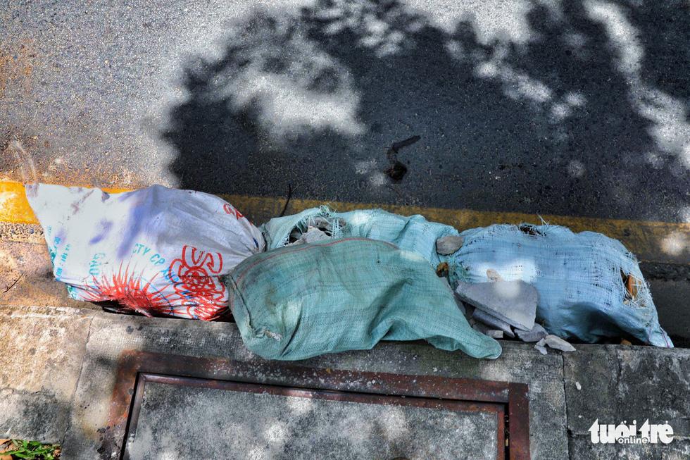Tại TP.HCM, miệng cống là bãi rác - Ảnh 18.