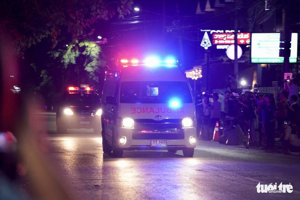 Giải cứu đội bóng Thái Lan: Truyền thông quốc tế túc trực ở bệnh viện - Ảnh 2.