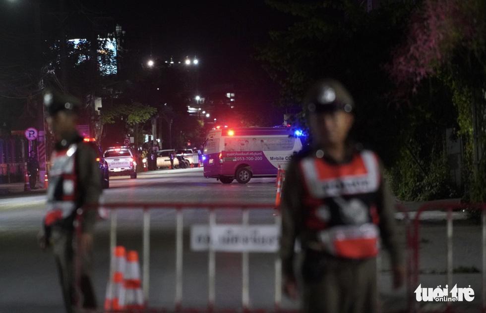 Giải cứu đội bóng Thái Lan: Truyền thông quốc tế túc trực ở bệnh viện - Ảnh 3.