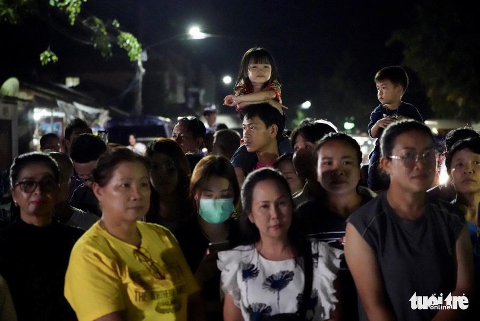 Giải cứu đội bóng Thái Lan: Truyền thông quốc tế túc trực ở bệnh viện - Ảnh 7.