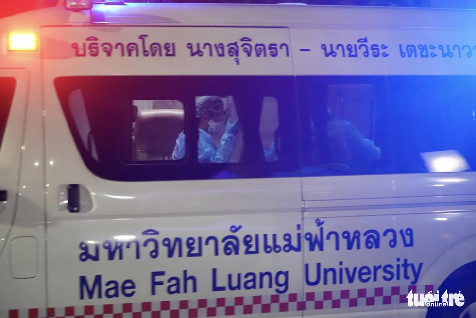 Giải cứu đội bóng Thái Lan: Truyền thông quốc tế túc trực ở bệnh viện - Ảnh 1.