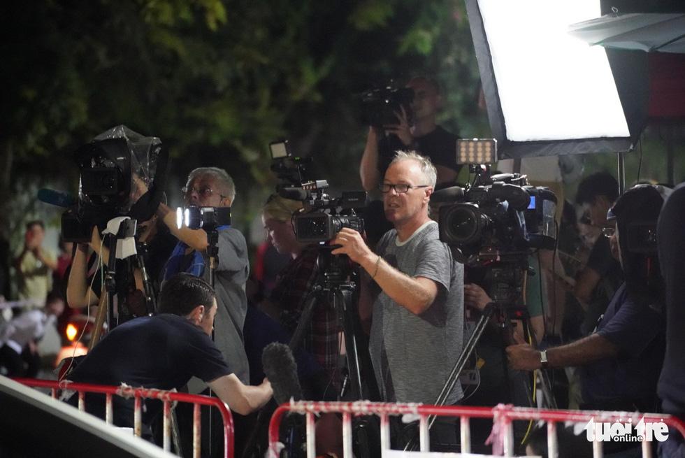 Giải cứu đội bóng Thái Lan: Truyền thông quốc tế túc trực ở bệnh viện - Ảnh 4.