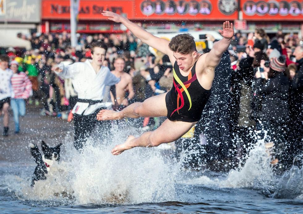 Bơi trong nước lạnh mừng năm mới ở khắp nơi - Ảnh 10.