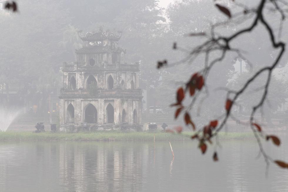 Đến gần trưa, Hà Nội vẫn chìm trong sương mù - Ảnh 9.