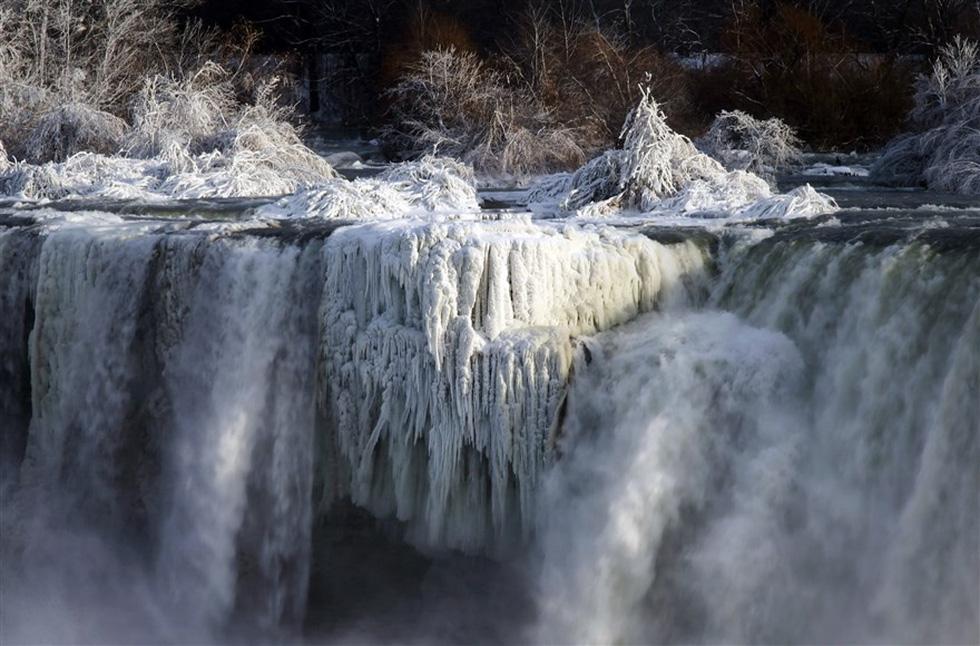 Du khách ngắm thác Niagara trong băng giá - Ảnh 10.
