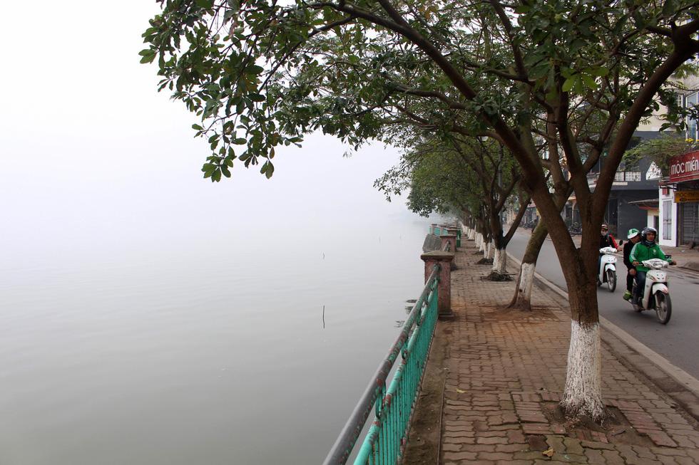 Đến gần trưa, Hà Nội vẫn chìm trong sương mù - Ảnh 10.