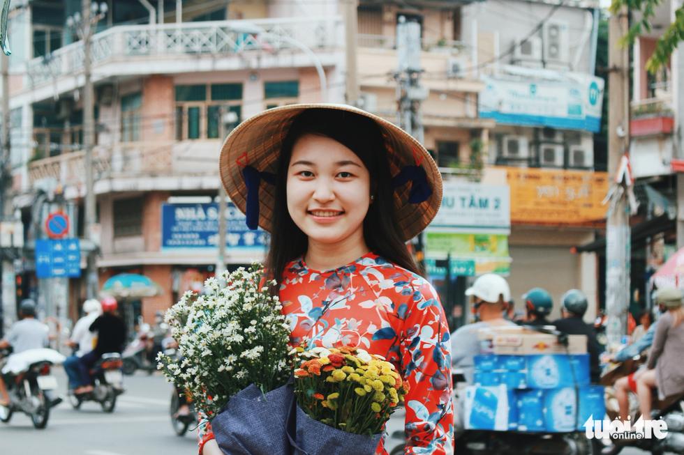 Xúng xính áo dài đón Tết ở làng người Hoa - Ảnh 1.