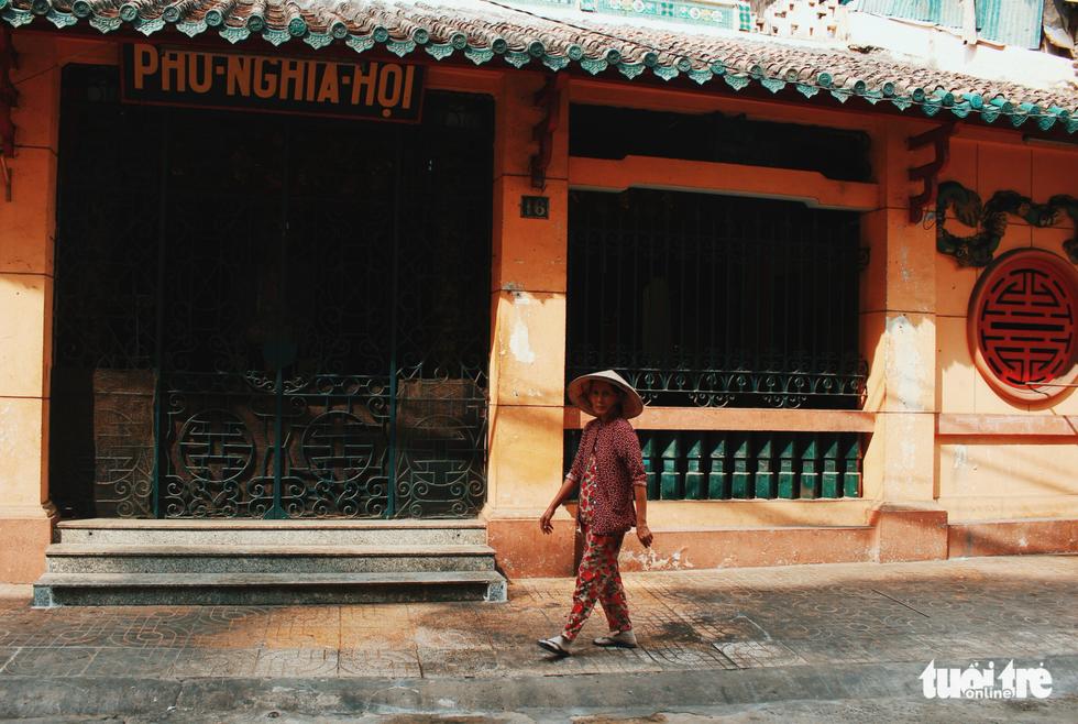 Xúng xính áo dài đón Tết ở làng người Hoa - Ảnh 2.