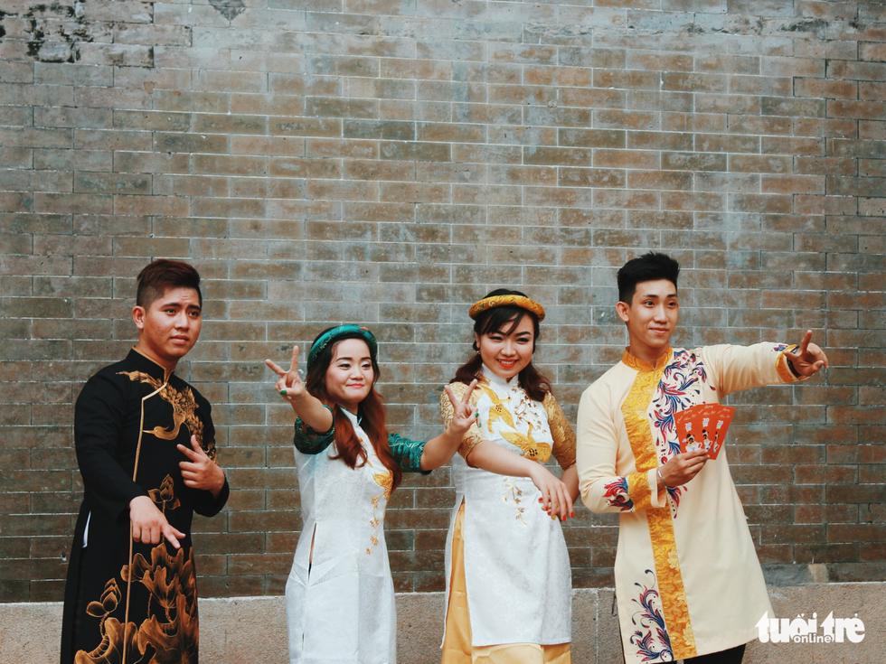 Xúng xính áo dài đón Tết ở làng người Hoa - Ảnh 8.