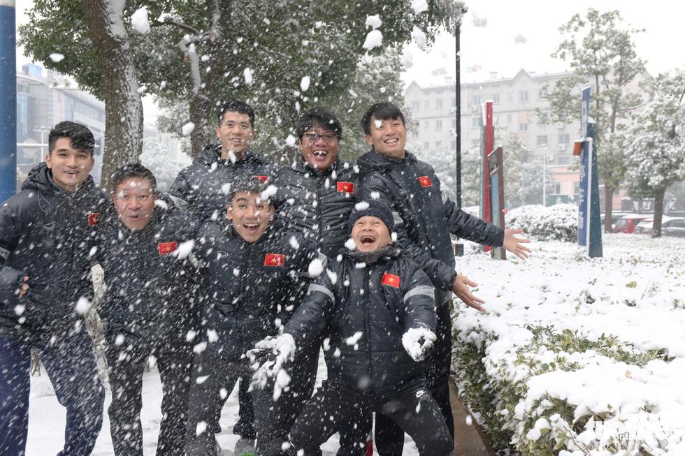 Tuyết phủ trắng nơi U23 Việt Nam đá trận chung kết lịch sử - Ảnh 2.